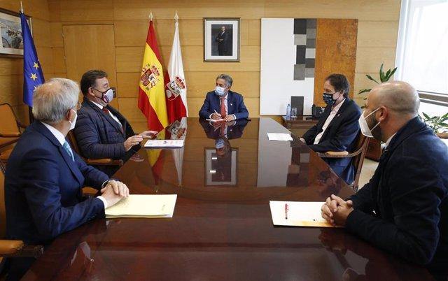 El presidente de Cantabria, Miguel Ángel Revilla, y el consejero de Obras Públicas, José Luis Gochicoa, se reúnen con la Asociación de Constructores de Cantabria.