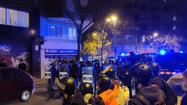 Els manifestants de Barcelona caminen al crit de 'Llibertat Pablo Hasel' davant els Mossos