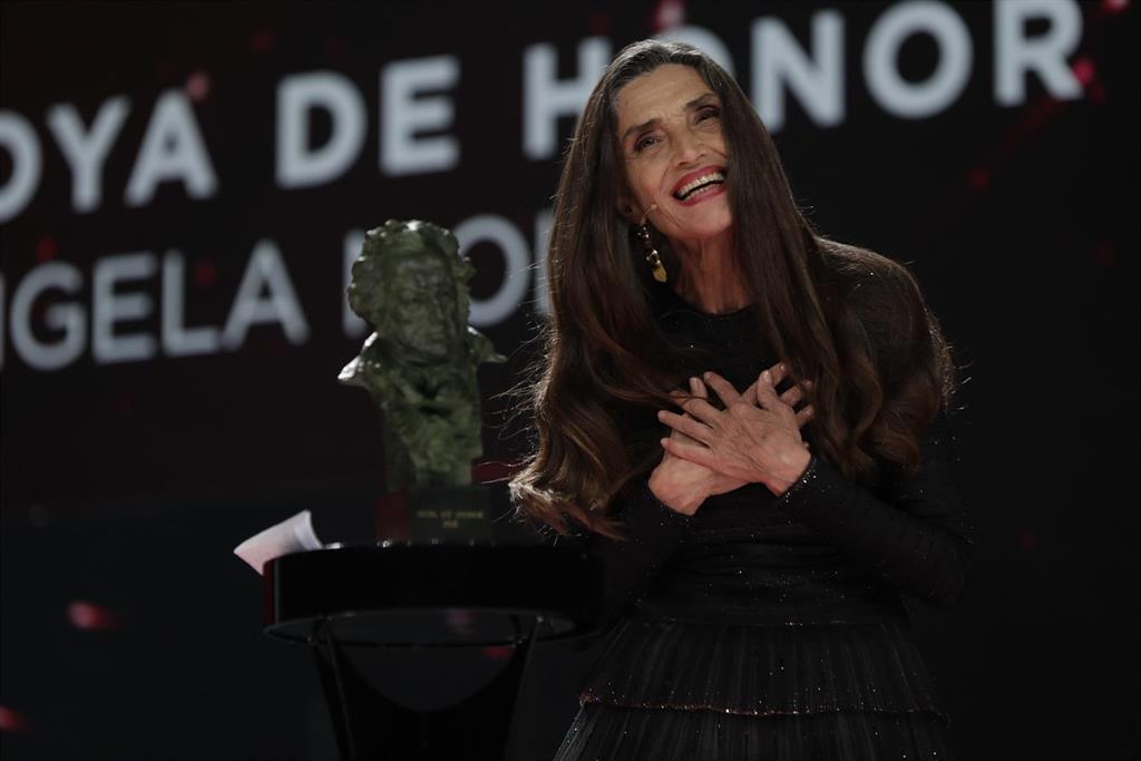 Goya.- Ángela Molina, Goya de Honor 2021, recoge el premio con un beso en la boca de la estatuilla