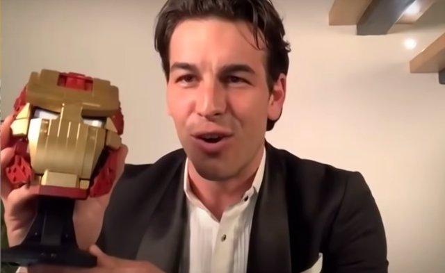 Mario Casas agradece el Goya con un casco de Iron Man