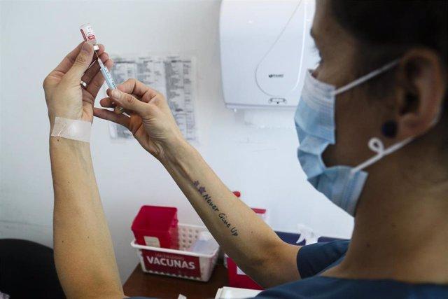 Archivo - Una enfermera prepara una dosis de la vacuna contra el coronavirus Sputnik V en la ciudad argentina de Rosario.