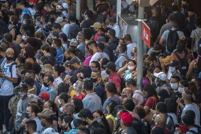 Gente esperando en la estación Luz de Sao Paulo el 4 de marzo de 2021.