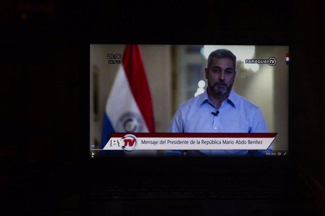 El presidente de Paraguay anunciando la salida de cuatro ministros de su Gobierno en la televisión pública el sábado 6 de marzo.