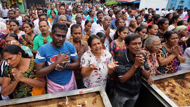 Archivo - 28 April 2019, Sri Lanka, Colombo: Sri Lankan Catholics pray during a brief holly mass held outside the St. Anthony's Church a week after bomb blasts targeting churches and luxury hotels on Easter Sunday. Photo: Pradeep Dambarage/ZUMA Wire/dpa