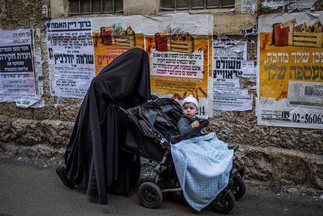 Imagen de archivo de una mujer con burqa en Jerusalén