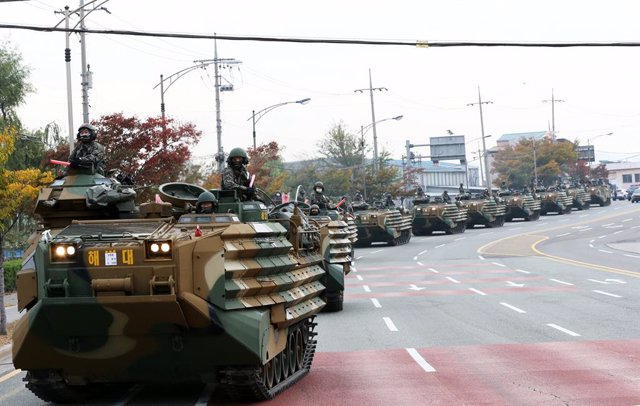 Archivo - 21 October 2020, South Korea, Pohang: Landing vehicles of South Korea's Marine Corps drive on a road as part of the Hoguk exercise involving the Army, Navy, Air Force and Marine Corps against North Korea's possible provocations. Photo: -/YNA/dpa