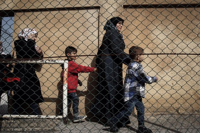 Archivo - 08 April 2019, Lebanon, Beirut: A Syrian refugee family heads to a nearby bus that will take some Syrian refugees back to Syria. Hundreds of Syrian refugees in Lebanon are heading back to Syria. According to the UN refugee agency, Lebanon is hos