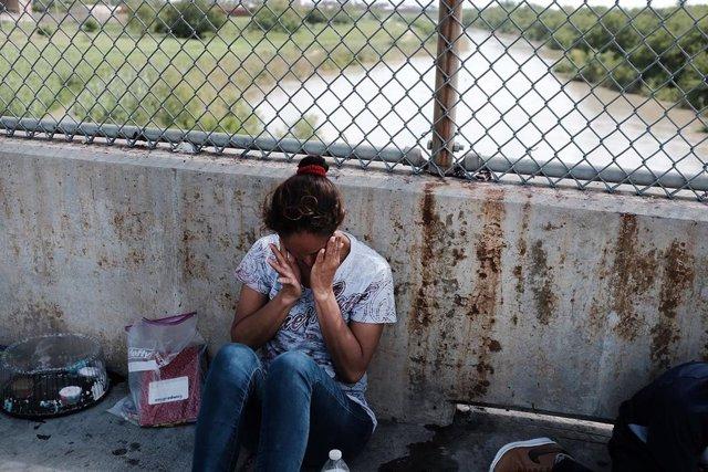 Archivo - Una mujer de Honduras en México, después de que las autoridades estadounidenses le hayan negado la entrada a Estados Unidos.