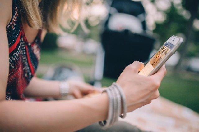 Recurso mujer usando un smartphone