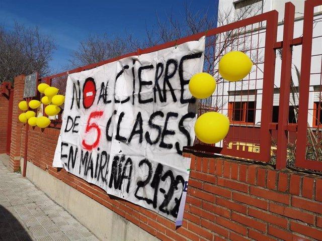 Pancarta reivindicativa en Mairena contra la supresión de cinco unidades en colegios públicos
