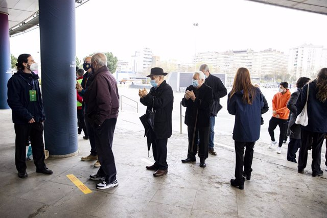 Primers socis i sòcies a votar, al Camp Nou, en la jornada electoral a la presidència del club del diumenge 7 de març