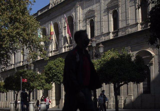 Archivo - Fachada del Ayuntamiento en Sevilla