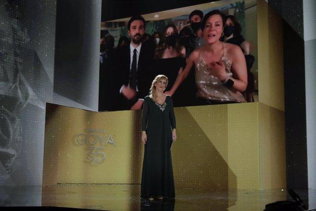 La enfermera Ana Ruiz entrega el galardón de Mejor Película a 'Las Niñas' en los Goya 2021 en Madrid, a 6 de marzo de 2021