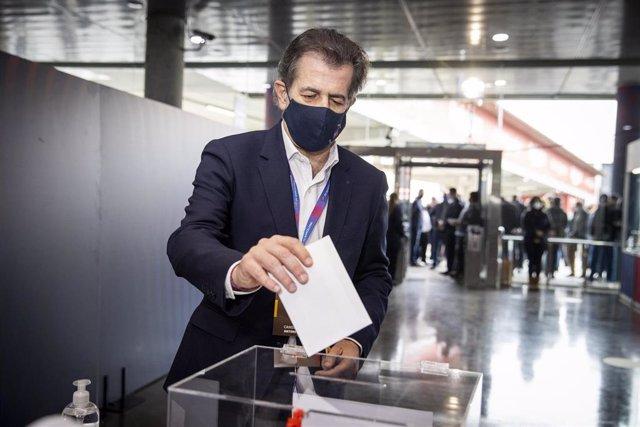 El candidato a la presidencia del FC Barcelona Toni Freixa ejerciendo su voto en la jornada electoral del 7 de marzo de 2021