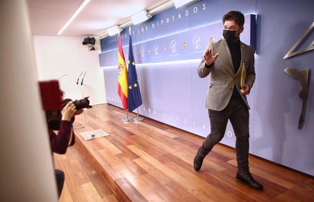 El portavoz de ERC en el Congreso, Gabriel Rufián, se despide tras una rueda de prensa de la Junta de Portavoces programada en la Sala Mariana Pineda del Congreso d