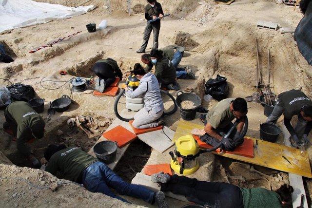 El equipo técnico de Aranzadi trabajando en el cementerio de Porreres.