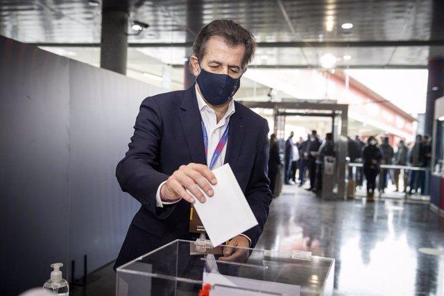 El candidat a la presidència del FC Barcelona Toni Freixa exercint el seu vot en la jornada electoral del 7 de març del 2021