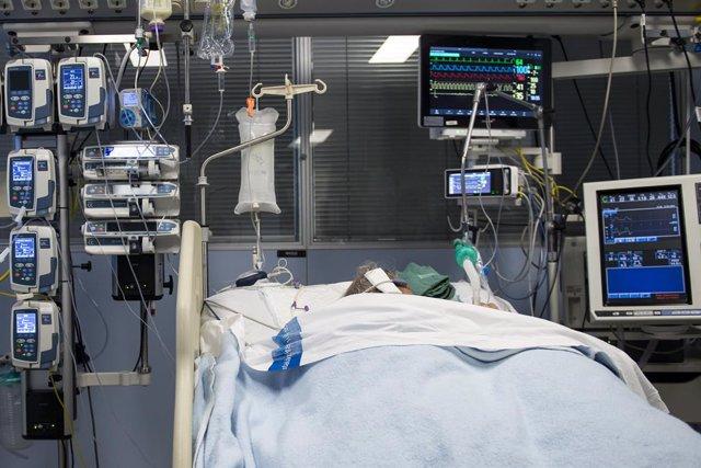 Archivo - Arxiu - Un pacient ingressat a la Unitat de Vigilància intensiva (UCI) per a malalts de coronavirus de l'Hospital Universitari Dr. Josep Trueta de Girona.