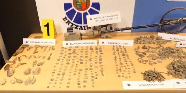 Material recuperado en la operación contra el expolio arqueológico en Álava.