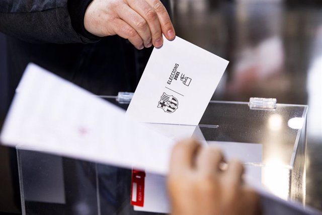 Un soci vota en la jornada d'eleccions a la presidència del FC Barcelona, al Camp Nou