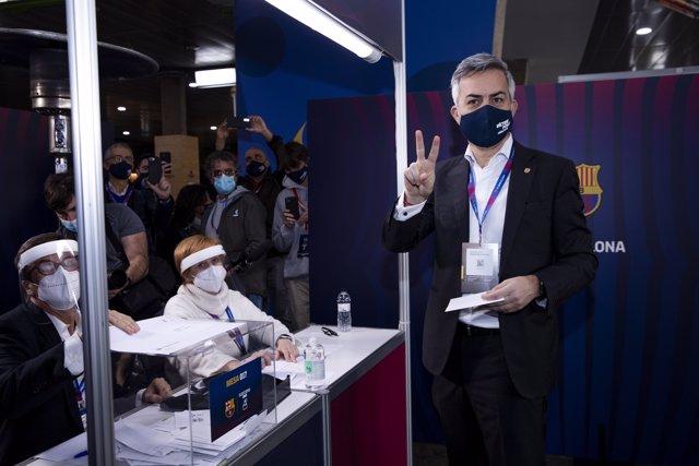El candidato a la presidencia del FC Barcelona Víctor Font vota, en el Camp Nou, en la jornada electoral del domingo 7 de marzo