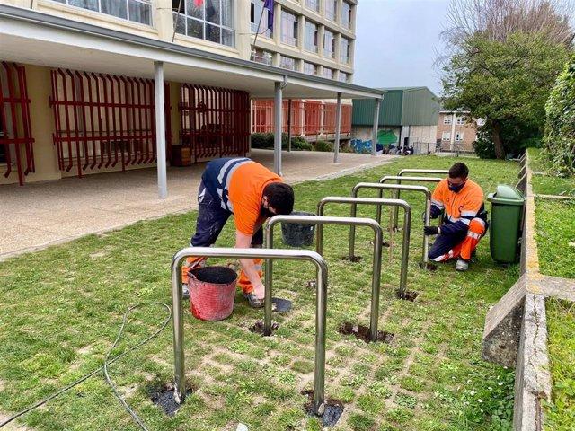 Instalación de aparcabicis junto a un colegio de Santander