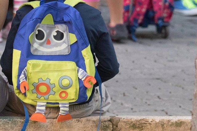 Archivo - Escolar con mochila