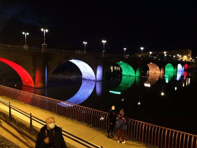 El Puente de Piedra de Logroño, en la prueba de iluminación con luces de colores en sus arcos.