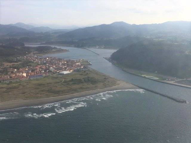 Archivo - Desembocadura del río Nalón entre San Juan de la Arena y San Esteban de Pravia