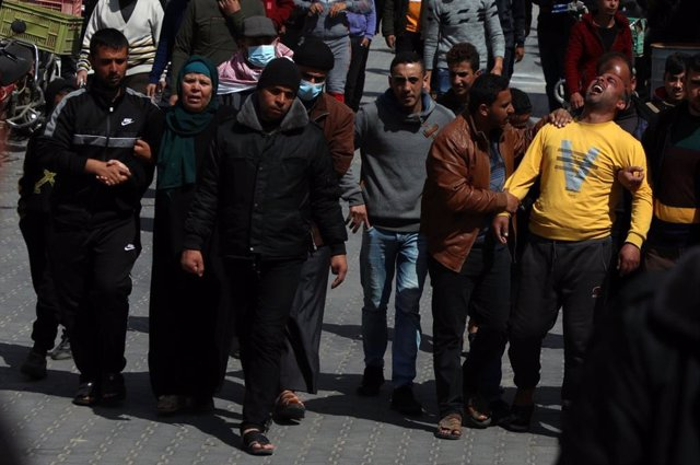 Familiares de tres pescadores muertos en una explosión cuando faenaban en aguas de la Franja de Gaza