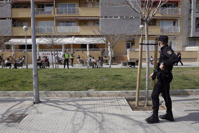 Un agente de la Policía Nacional durante un control a una terraza de un restaurante de Palma. Archivo.