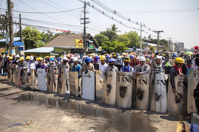 06 March 2021, Myanmar, Yangon: Protesters hold makeshift shields during a protest against the military coup and the detention of civilian leaders. Photo: Thuya Zaw/ZUMA Wire/dpa