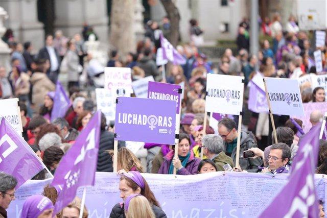 """Archivo - Mujeres tras la pancarta de Comisiones Obreras (CCOO) con carteles en los que se lee """"Luchadoras"""" en la manifestación del 8M (Día Internacional de la Mujer), en Madrid a 8 de marzo de 2020."""