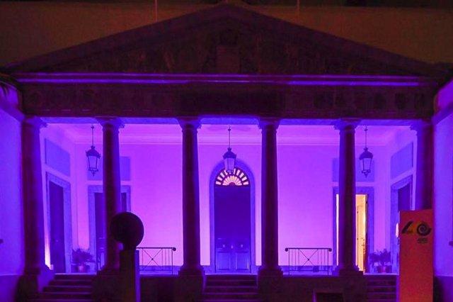 El Parlamento de Canarias se ilumina de violeta por el Día Internacional de las Mujeres
