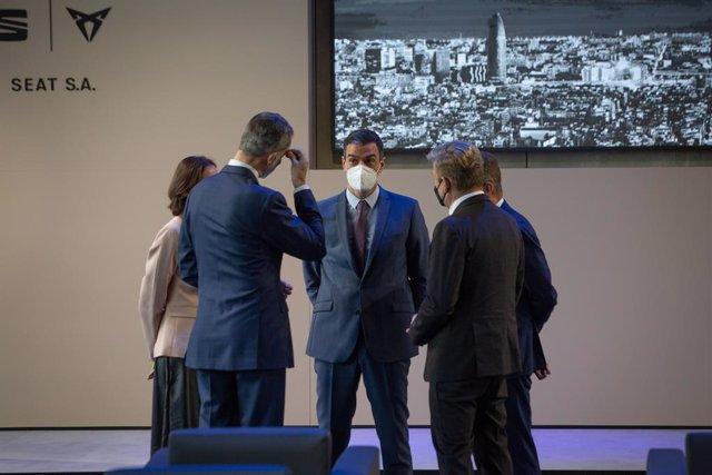 El presidente del Gobierno, Pedro Sánchez (c), conversa con el Rey Felipe VI (i), en un acto realizado en las instalaciones que el fabricante automovilístico SEAT tiene en Martorell (Barcelona) con motivo de haberse cumplido 70 años de su creación