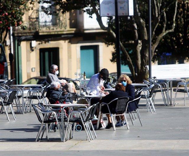 Comensales disfrutan en la terraza de un restaurante con un 30% de aforo permitido en el área sanitaria de Ferrol, A Coruña, Galicia (España)