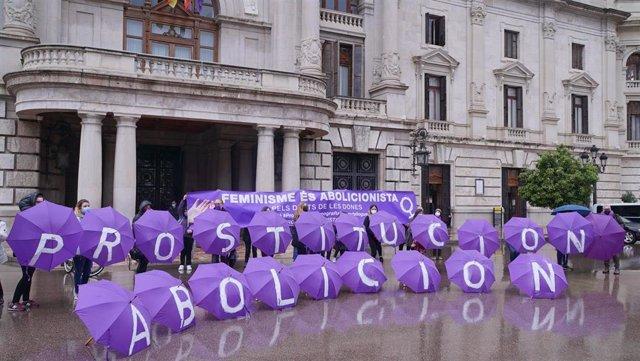 Front Abolicionista País Valencià exige en la plaza del Ayuntamiento de València la abolición de la prostitución