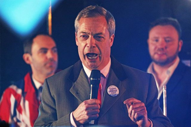 Archivo - 31 January 2020, England, London: Brexit party leader Nigel Farage speaks to pro-Brexit supporters during a gathering at the  Parliament Square, ahead of the UK leaving the European Union at 11 pm on Friday. Photo: Jonathan Brady/PA Wire/dpa
