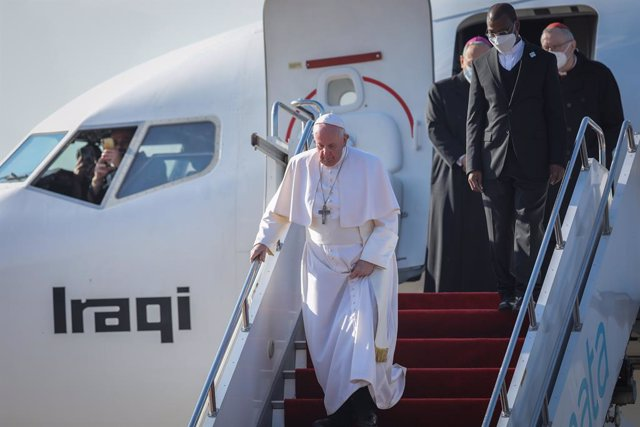 07 March 2021, Iraq, Erbil: Pope Francis (L) arrives at Erbil International Airport ahead of his meeting with with President of the Kurdistan Region Nechirvan Barzani, as part of his visit to Kurdistan. Pope Francis arrived in Iraq on Friday for the first