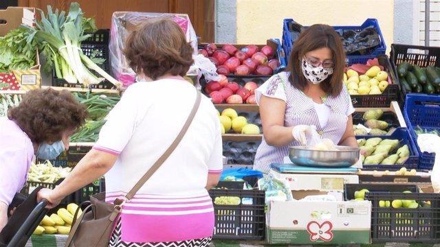 Archivo - Vecinas de Benigànim en el mercado municipal tras los 21 días de confinamiento