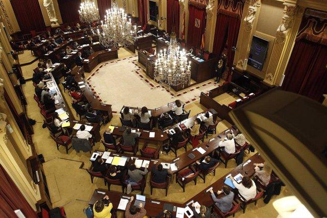 Archivo - Sesión plenaria en el Parlamento de Baleares. Archivo.