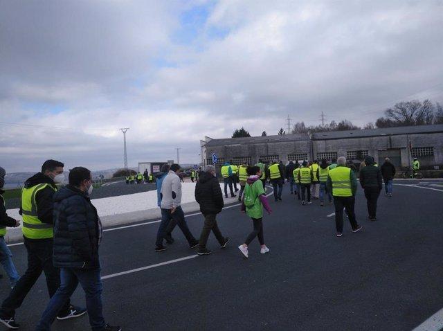 Camioneros y ciudadanos se manifiestan por As Pontes (A Coruña) para demandar una transición justa.