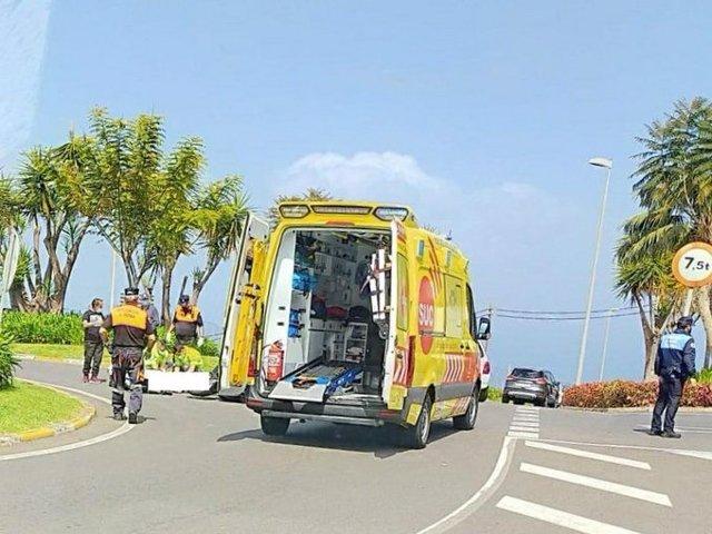 Una ambulancia del SUC en el lugar del accidente