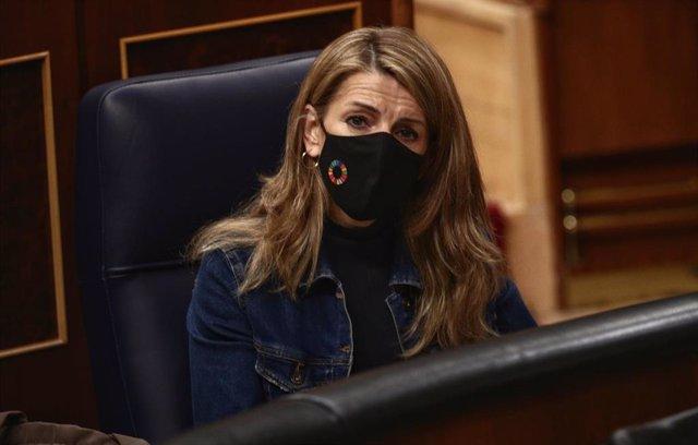 Archivo - La ministra de Trabajo y Economía Social, Yolanda Díaz, durante una sesión plenaria celebrada en el Congreso de los Diputados, en Madrid, (España), a 4 de febrero de 2021. Este pleno estará marcado, entre otras cuestiones, por la convalidación o