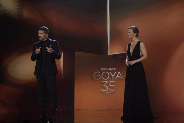 Los presentadores de los Goya Antonio Banderas y María Casado