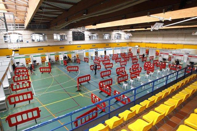 Vallas de separación colocadas en la puesta en marcha de un dispositivo de vacunación en el polideportivo Germans Escales, en Palma.