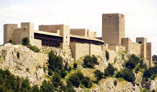 Archivo - El Parador de Jaén, en primer término, junto al Castillo de Santa Catalina.