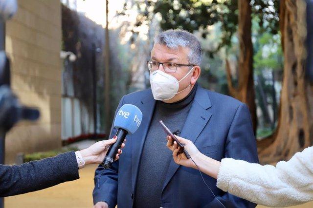 Archivo - El diputado de Cs Fernando Llopis atiende a los medios en Les Corts