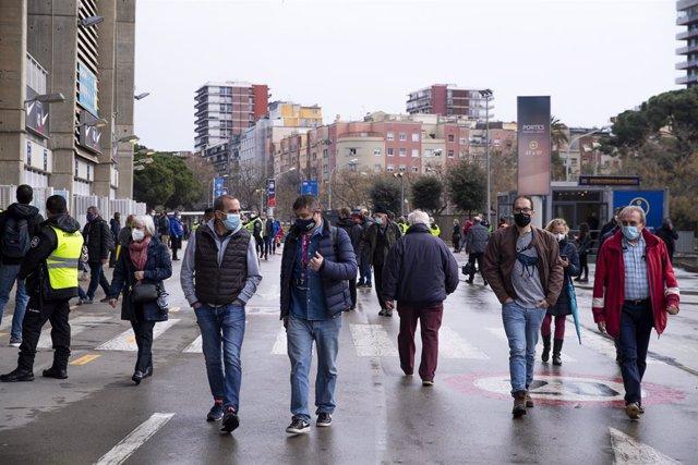 Socios y socias del FC Barcelona en los aledaños del Camp Nou durante la jornada electoral del domingo 7 de marzo de 2021, de la que saldrá el nuevo presidente