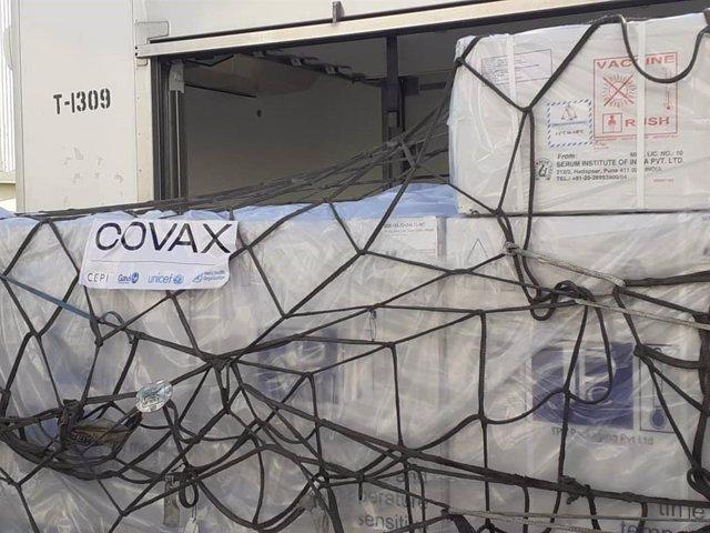 Cargamento de vacunas del mecanismo COVAX de la OMS a su llegada a Adís Abeba, en Etiopía